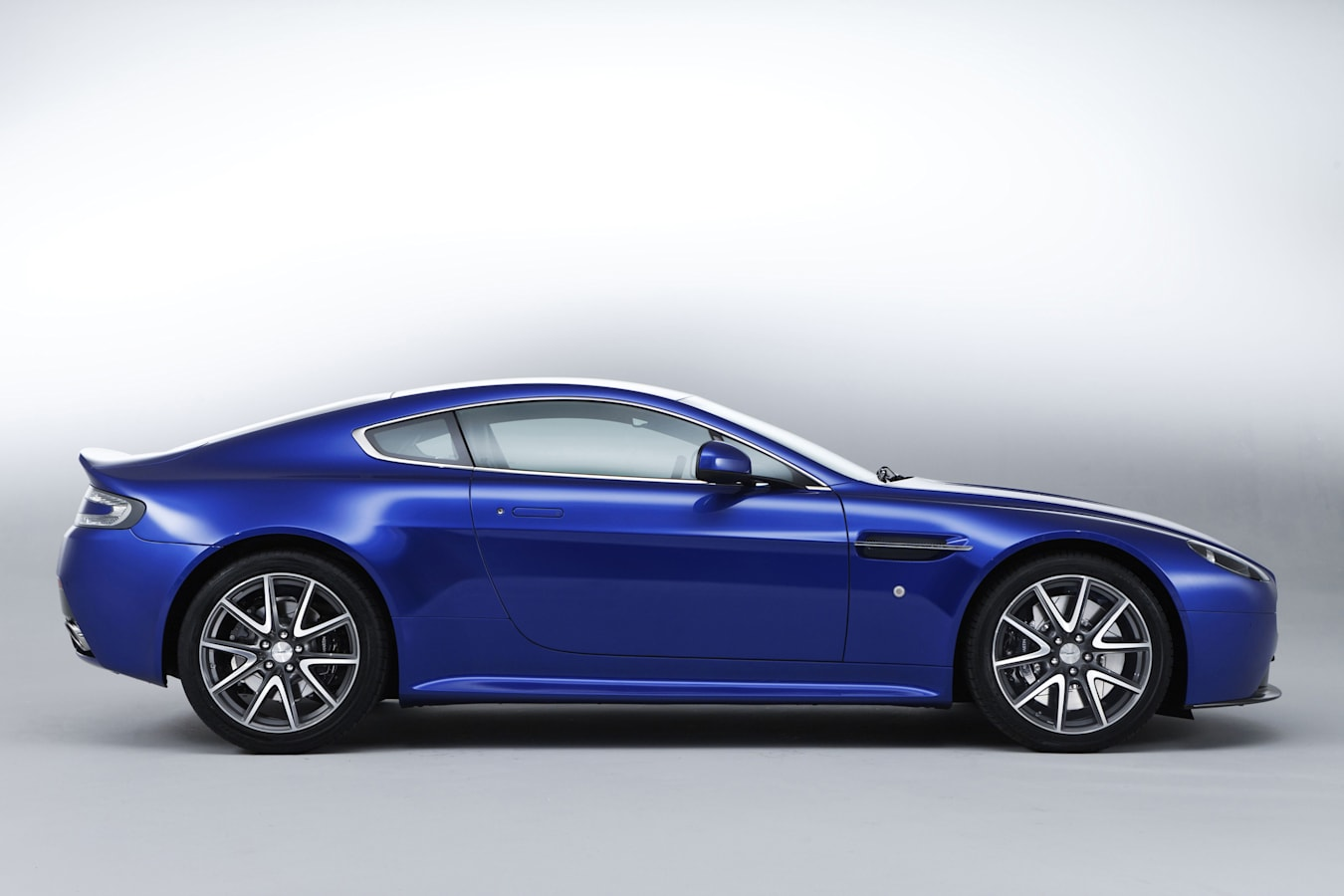 Motor Features Aston Martin V 8 Vantage S