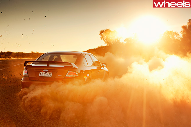 Ford -Falcon -GT-P-drifting -dust