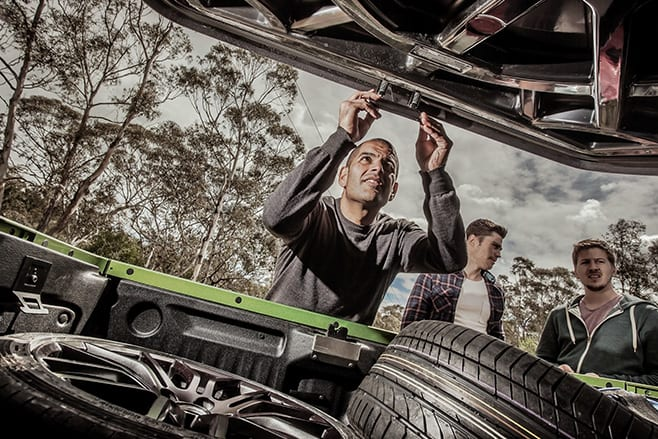 Chris -Harris -with -HSV-Maloo -securing -tray