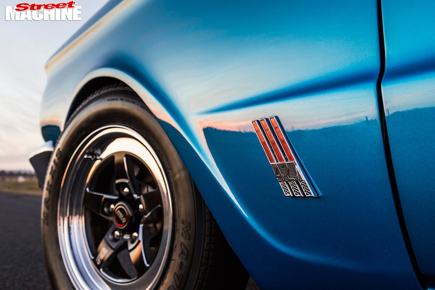 Ford -Falcon -XP-sedan -front -wheel