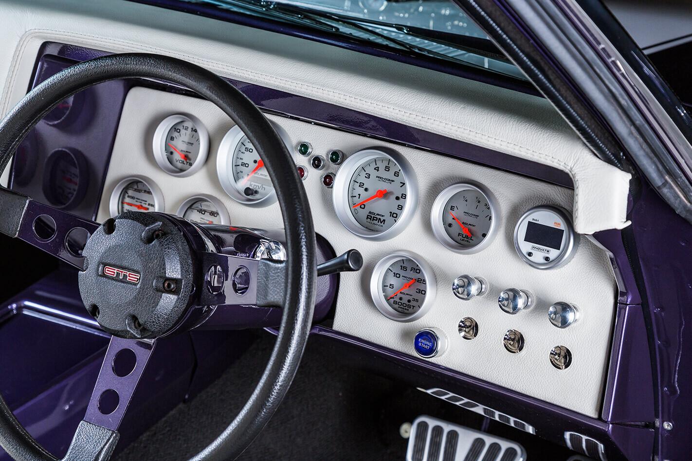 Holden HQ Monaro dash