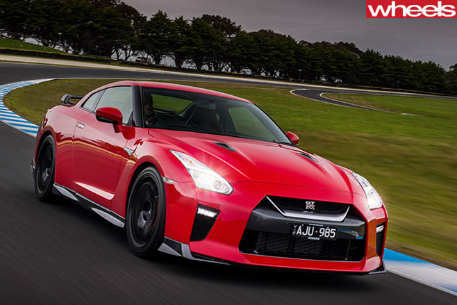 2017-Nissan -GT-R-front -side -driving -around -track