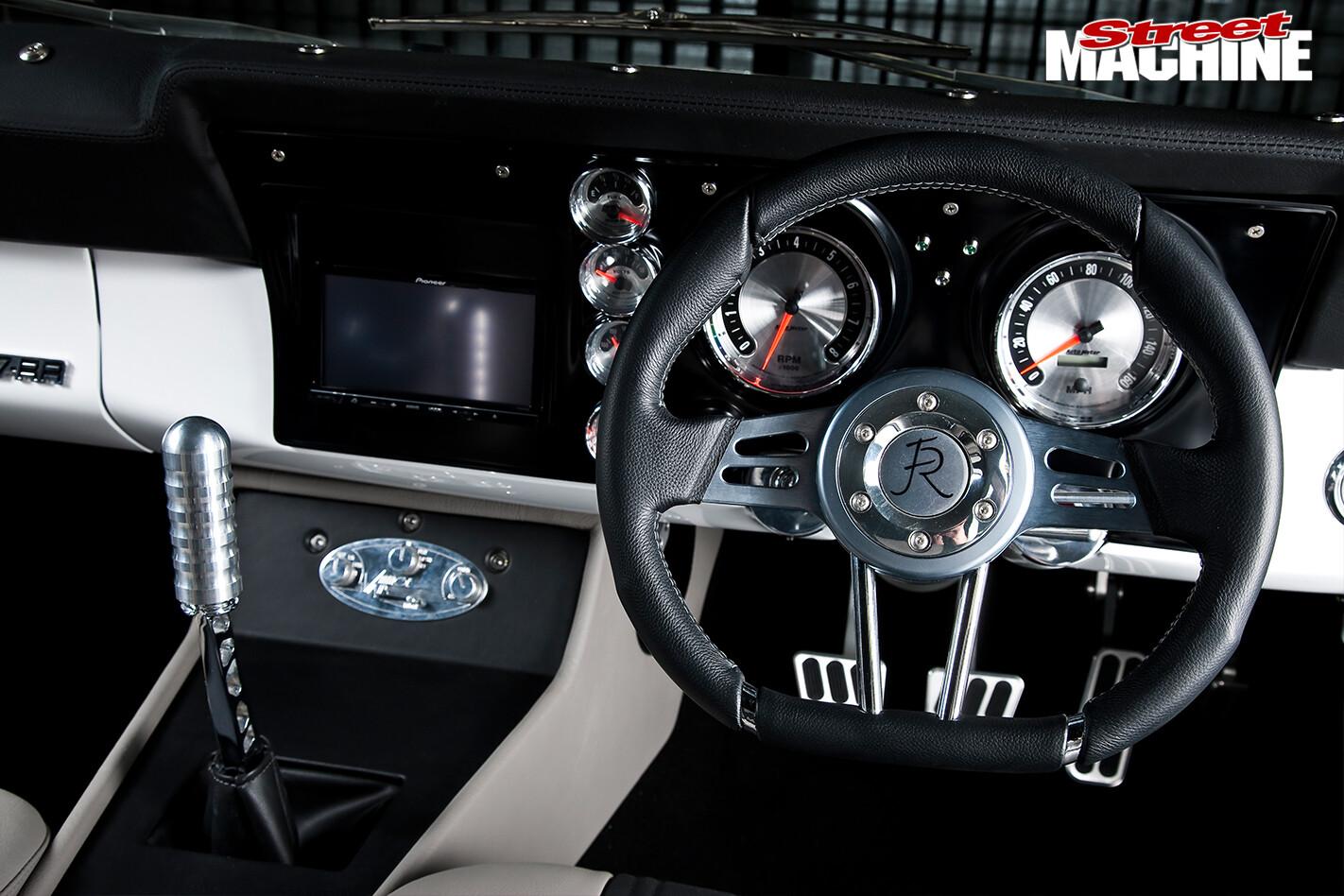 Ford -Falcon -XY-Elite -dash -detail