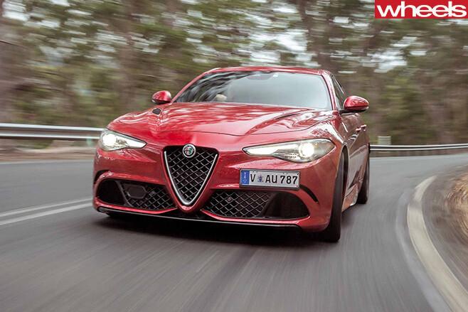 2017-Alfa -Romeo -Giulia -QV-driving -fascia