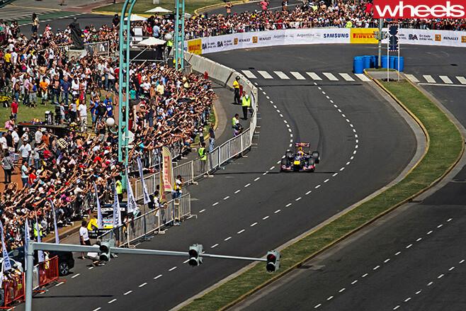 Daniel -Ricciardo -F1-racing -around -circuit