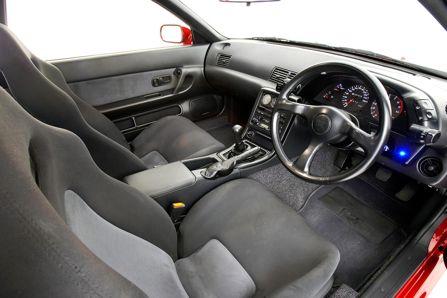 1991-Nissan-Skyline-GT-R-interior.jpg