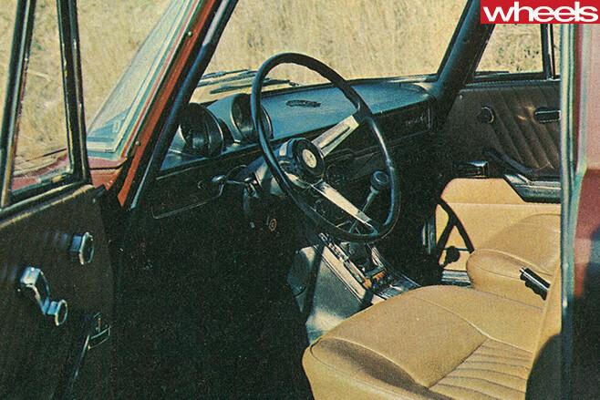 Alfa -Romeo -1750-Berlina -interior -guages