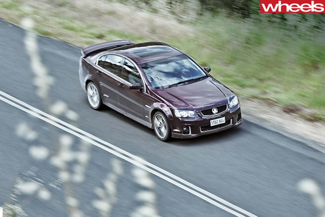 Holden -VE-Commodore -on -dirt -road