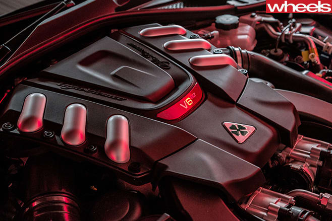 2017-Alfa -Romeo -Giulia -Quadrifoglio -engine