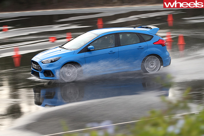 Ford -Focus -drifting -side