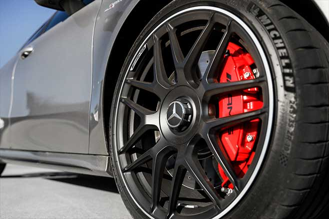 Large brakes and 19-inch wheels with Michelin Pilot Sport 4 S tyres