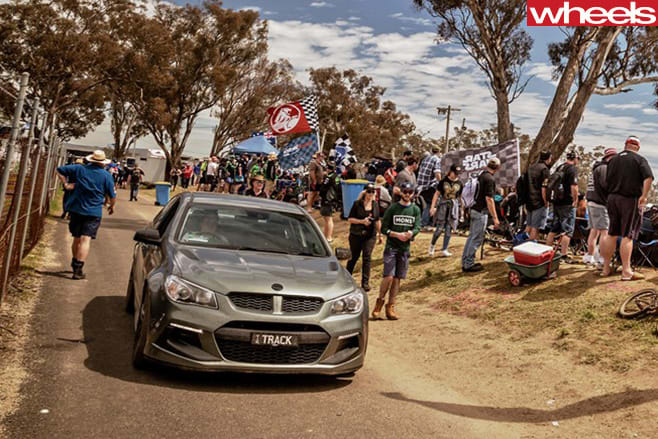 HSV-Clubsport -R8-at -Bathurst -1000-with -crowd