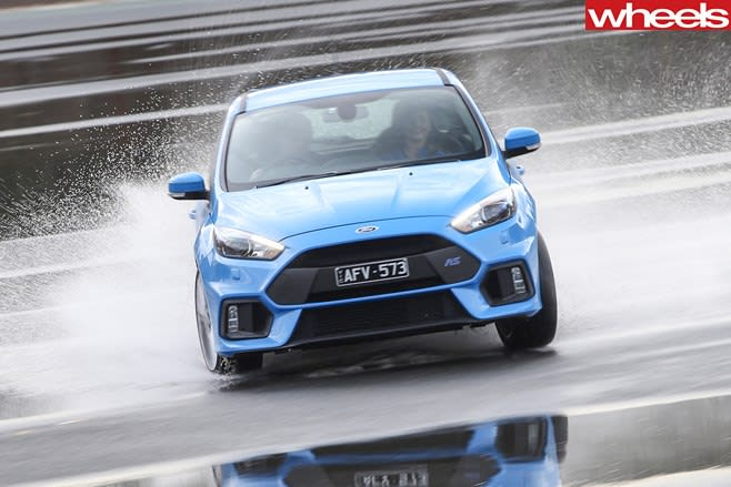 Ford -Focus -drifting -wet -track