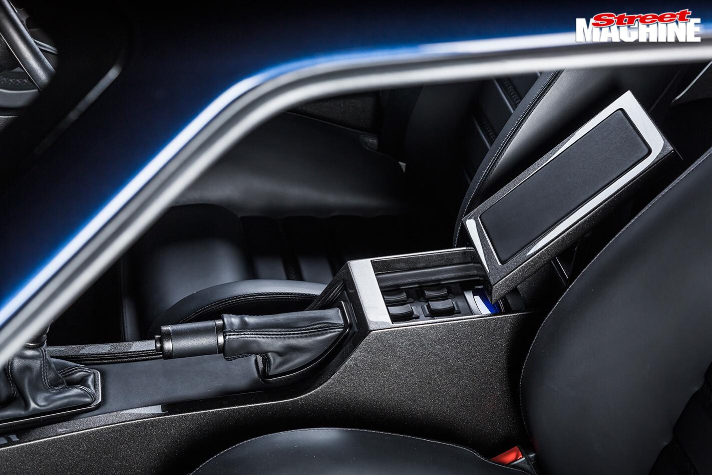 Falcon -XB-coupe -XBOSS-interior -centre -console