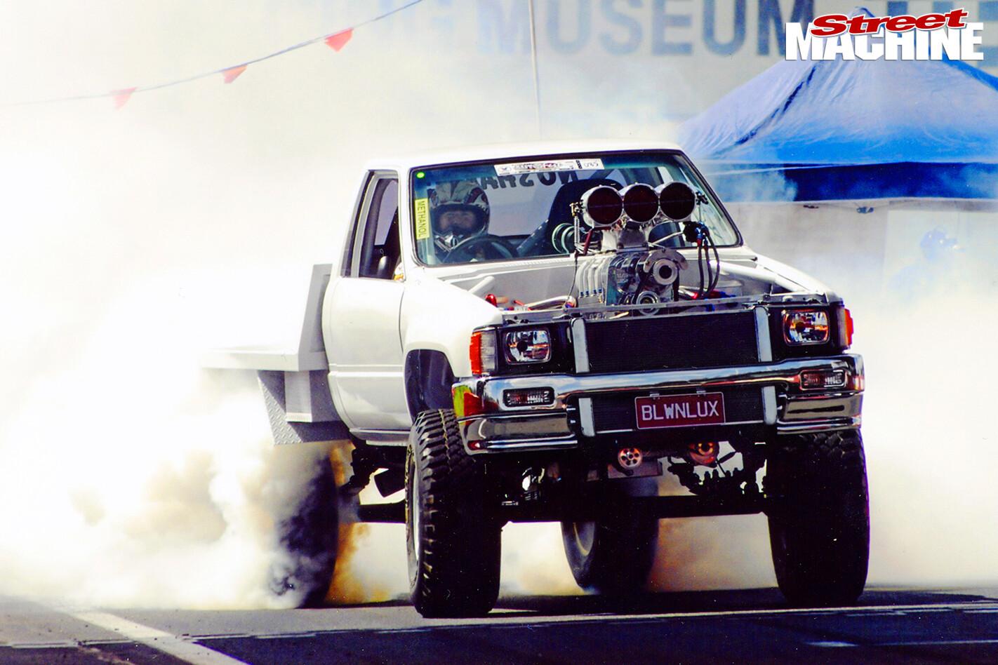 Toyota -Hilux -burnout -2