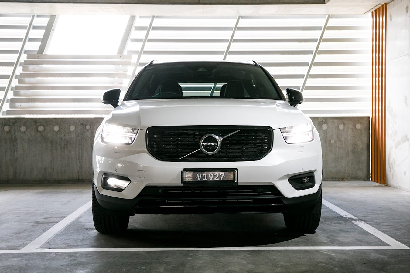 2019 Volvo XC40 T5 front end and grille