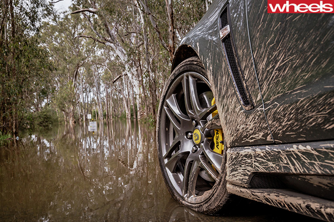 HSV-Clubsport -R8-at -Bathurst -1000-muddy -wheels